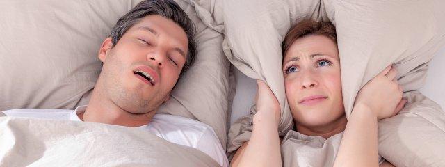 Horkolás ellen: mikor segít a műtét?