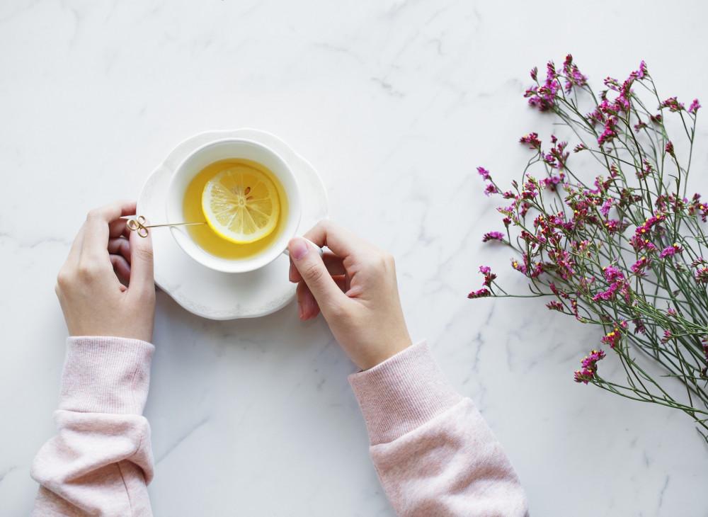 Torokfájás ellen hatásos a bőséges folyadék, tea fogyasztás.